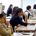 Abiturientai rinkosi laikyti matematikos valstybinio brandos egzamino.
