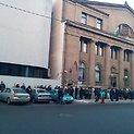 Žmonės prie Lietuvos banko pastato Kaune