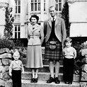 Didžiosios Britanijos karalienė Elizabeth II ir Edinburgo hercogas Philipas su vaikais princu Charlesu ir princese Anne (1953 m.)