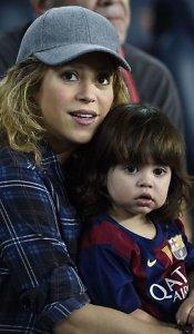 <b>Shakira </b>su sūnumi <b>Milanu </b>per futbolo varžybas palaikė aikštėje žaidusį <b>Gerardą Pique</b>