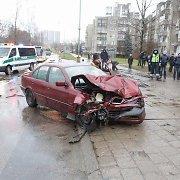 """Šeškinėje """"Toyota"""" visureigis užkirto kelią BMW: po avarijos – diskusija apie greitį"""