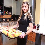 """Naujas serialas """"Obelis nuo obels"""" pristatytas Vaidai Skaisgirei kepant obuolių pyragą"""