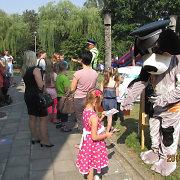 Vilkaviškio vaikus rugsėjo 1-ąją linksmino policijos šuo Amsis ir pareigūnas Arūnas Kinderis