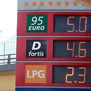 Estijoje atpigo degalai, Lietuvoje A95 kaina ir toliau lieka didesnė nei 5 litai