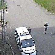 Nufilmuota, kaip Druskininkuose girti paaugliai šlapinasi ant policijos automobilio