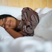Pasirūpinkite savo veido oda net miegodamos