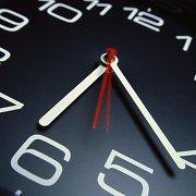 Nepamirškite pasukti laikrodžių valanda pirmyn!