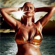 Maudymosi kostiumėlių reklamoje – standartus laužantis 56-erių modelis Nicola Griffin