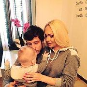 Oksana ir Simas Jasaičiai su sūnumi Dominyku laisvalaikiui pasipuošė vienodais drabužiais