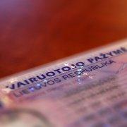 Siūloma neišduoti vairuotojo pažymėjimų baudų už KET pažeidimus nesumokėjusiems asmenims