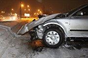 """""""Volkswagen"""" slidžioje gatvėje nesuvaldęs panevėžietis sutrupino gatvės apšvietimo stulpą"""