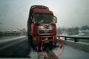 Kinijoje motoroleris palindo po sunkvežimiu, bet vairuotojas išgyveno