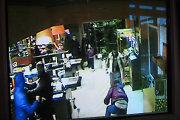Alytuje nufilmuota, kaip parduotuvės apsaugininkas nutraukė pirkėjo užpuolimą
