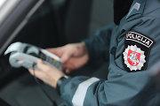 Girti vairuotojai policininkų širdį bandė suminkštinti 200 ir 500 eurų kyšiais