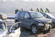 Vilniuje ant Valakampių tilto ugniagesiai gelbėjo kolegos sukeltoje avarijoje prispaustus žmones