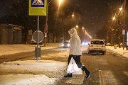 Nesusidorodami su sniegu vairuotojai nuo kelio šluoja pėsčiuosius