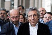 Turkijos prokurorai prašo įkalinti iki gyvos galvos du opozicijos žurnalistus