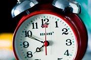 Nepamirškite persukti laikrodžių!