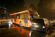 Kaune autobusas rėžėsi į automobilį, vairuotojui – galvos trauma