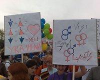 Gėjų eitynių dalyviai su plakatais