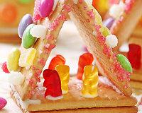 Sukurti šiam nameliui prireiks tik turpučio laiko, kelių sausainių ir spalvingų saldainiukų.