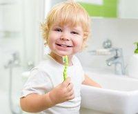 Kaip garsios mamos moko savo vaikus valytis dantis