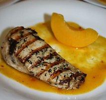 Ant grilio kepta vištiena su pikantišku persikų padažu