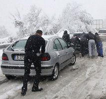 Bulgarijoje iškritęs pirmasis sniegas paralyžiavo šalies kelius