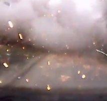 Naujas vaizdo įrašas: vairuotojas Mariupolyje pateko tiesiai į apšaudymą raketomis