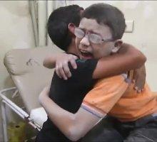 Sukrečiantys vaizdai iš Sirijos: berniukai verkia per bombardavimą žuvusio brolio