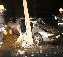 Panevėžyje stulpą automobiliu sutrupinusi ir keleivę sužalojusi mergina neslėpė, kad vairavo girta