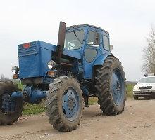 Kraupi nelaimė Kelmės rajone: šalia veikiančio traktoriaus – negyvas vyriškis