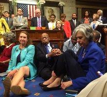 JAV Atstovų rūmuose – neregėtas demokratų maištas