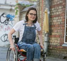 Moteris, kuri pasižadėjo nepalūžti: pusę metų vežimėlyje, o pusei metų prisikelia kaip feniksas