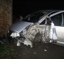 Akistatos su Ukmergės policija vengęs vairuotojas rėžėsi į kitą automobilį, stulpą ir namą