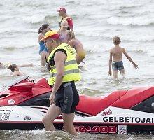 Palangos gelbėtojai atšilus orams ir pakilus bangoms vos spėja paskui poilsiautojus