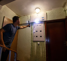 Diena pavėluoto daugiabučio remonto Kaune kaina – lietaus užlieta laiptinė