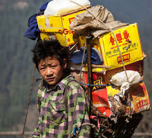 Nepalo šerpai traukiasi iš šių metų kopimo į Everestą sezono