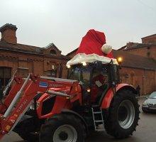 Panevėžyje Kalėdų senelis dovanas vaikams vežė traktoriumi