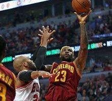 """NBA: LeBronas Jamesas išplėšė pergalę """"Cavaliers"""", Derrickas Rose'as patyrė traumą"""