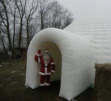 Jonavos rajone entuziastė Daiva Jankauskaitė kviečia į savo pastatytą Kalėdų miestelį