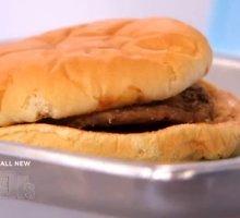 """Kodėl mėnesį stiklainyje pragulėjęs """"McDonald's"""" mėsainis atrodo kaip šviežias?"""