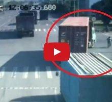 Neįtikėtina: parblokštas sunkvežimio ir po juo atsidūręs kinas išgyveno