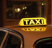 Inspektoriai sustabdė lekiančius nuo mokesčių taksi vairuotojus