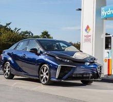 "Japonijoje pradėti pardavinėti vandeniliu varomi ""Toyota Mirai"""