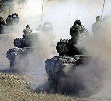 """""""Reuters"""": apdegę tankų likučiai – dar vienas Rusijos agresijos Ukrainoje įrodymas"""