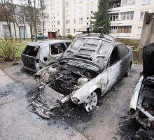 Naktį Kaune siautėjusio gaisro metu sudegė keturi automobiliai, dar vienas – Kauno rajone