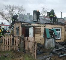 Panevėžio ugniagesiai antrą dieną iš eilės vyko gesinti to paties namo