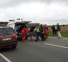 """Mašinos kelyje į Trakus susidūrė vienai iš jų apsisukant, """"Audi"""" vairuotojui sužalotas stuburas"""