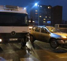 """Tauragėje, sugedus stabdžiams, sukvežimis """"Mercedes Benz"""" sukėlė masinę avariją"""